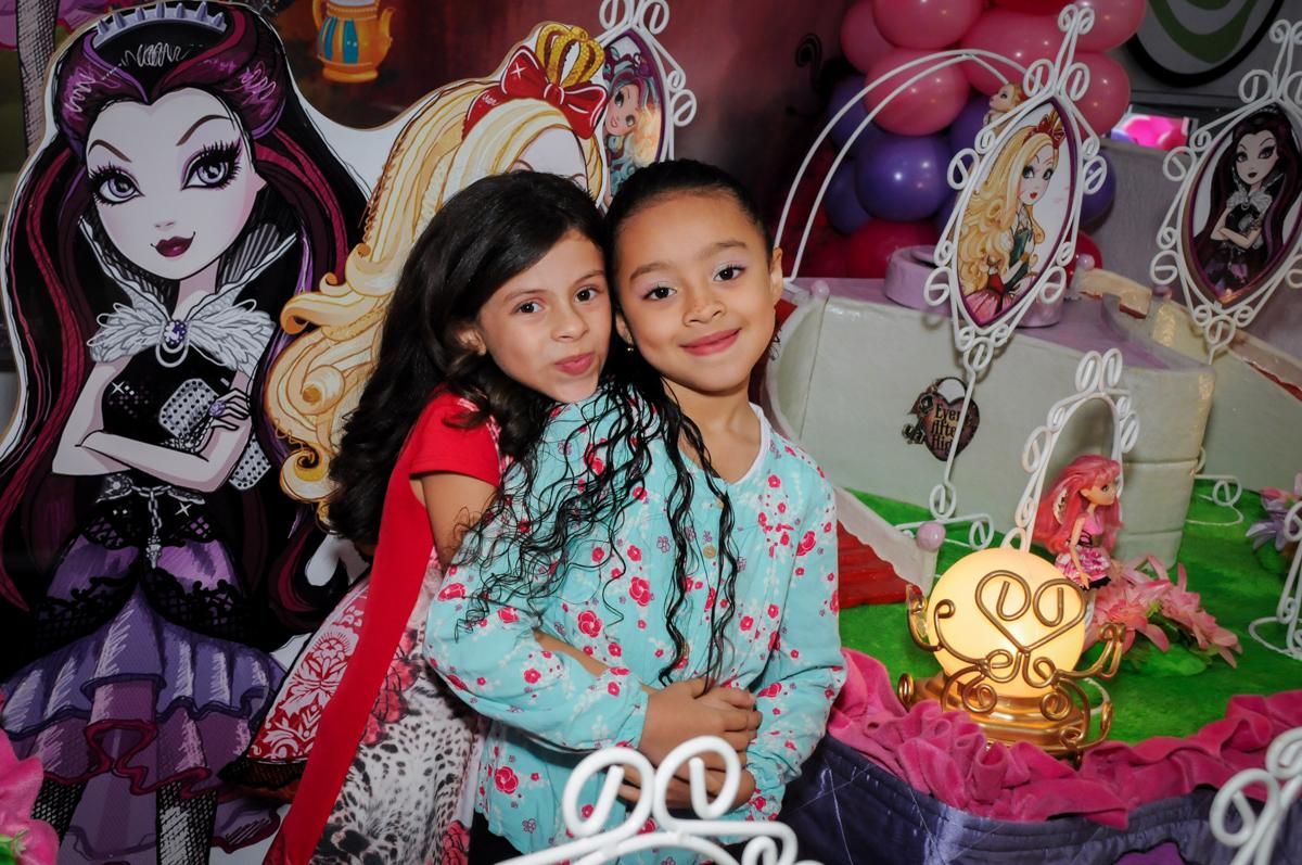 foto com a amiga na mesa decorada no Festa infantil, Buffet Fábrica da Alegria, aniversário de Laínia 7 anos, tema da festa Monster High