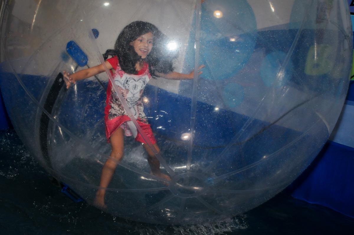 brincando na aqua bola no Festa infantil, Buffet Fábrica da Alegria, aniversário de Laínia 7 anos, tema da festa Monster High