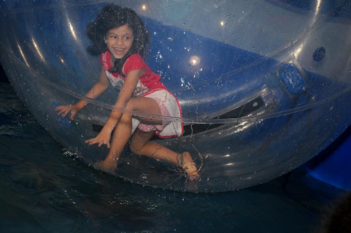 diversão na aqua bola no Festa infantil, Buffet Fábrica da Alegria, aniversário de Laínia 7 anos, tema da festa Monster High