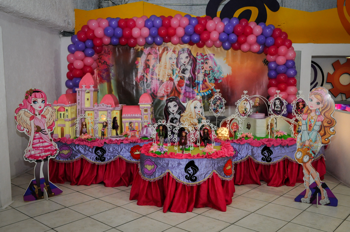 mesa temática no Festa infantil, Buffet Fábrica da Alegria, aniversário de Laínia 7 anos, tema da festa Monster High