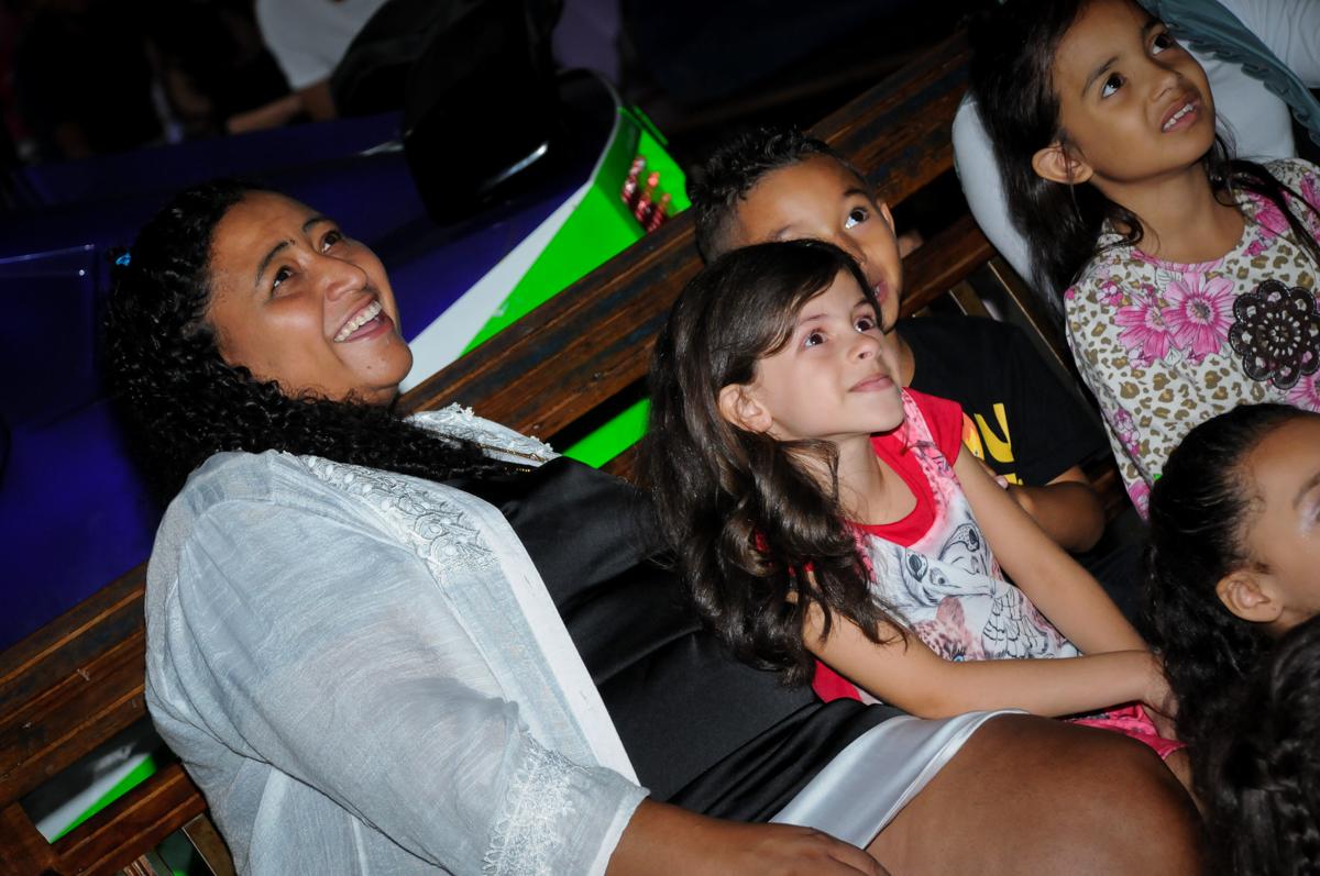 assistindo a retrospectiva no Festa infantil, Buffet Fábrica da Alegria, aniversário de Laínia 7 anos, tema da festa Monster High