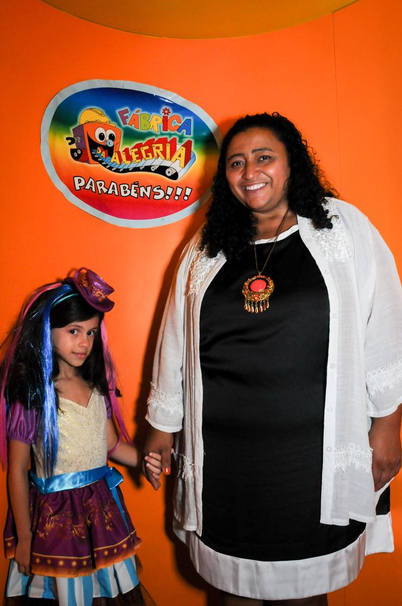 saindo da máquina do parabéns no Festa infantil, Buffet Fábrica da Alegria, aniversário de Laínia 7 anos, tema da festa Monster High