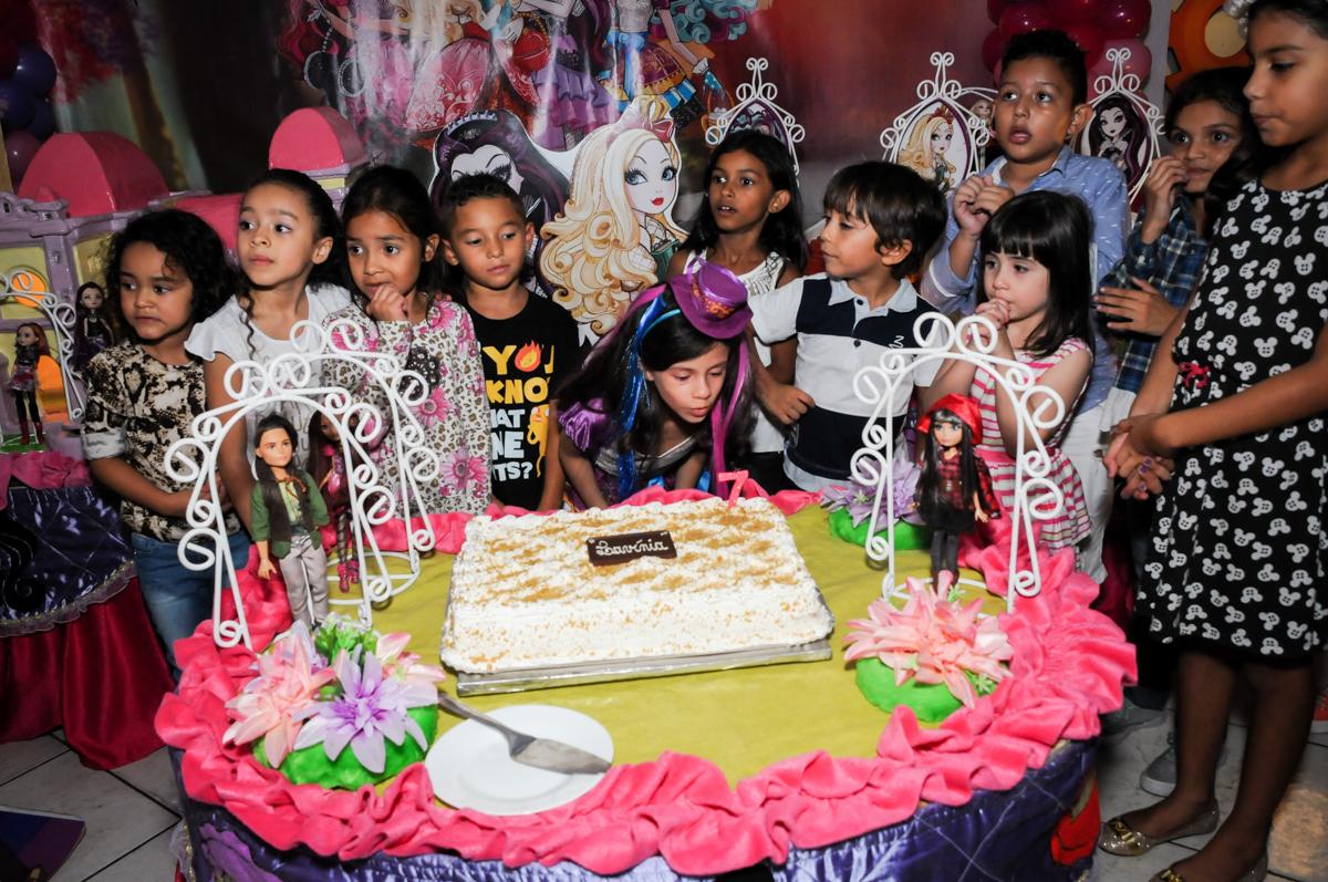 assoprando a vela do bolo no Festa infantil, Buffet Fábrica da Alegria, aniversário de Laínia 7 anos, tema da festa Monster High
