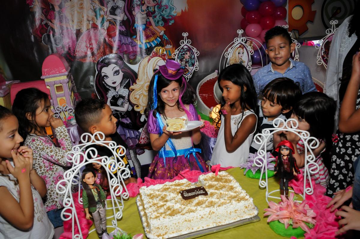 quem recebe o primeiro pedaço de bolo no Festa infantil, Buffet Fábrica da Alegria, aniversário de Laínia 7 anos, tema da festa Monster High