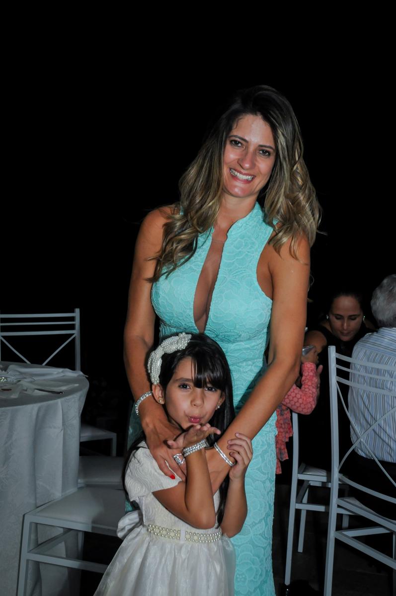 A mãe da aniversariante é fotografada com a filha caçula no Condomínio Alphaville, festa 15 anos Maria Eduard 15 anos