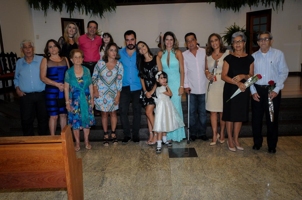 família reunida para foto na missa no Condomínio Alphaville, festa 15 anos Maria Eduard 15 anos
