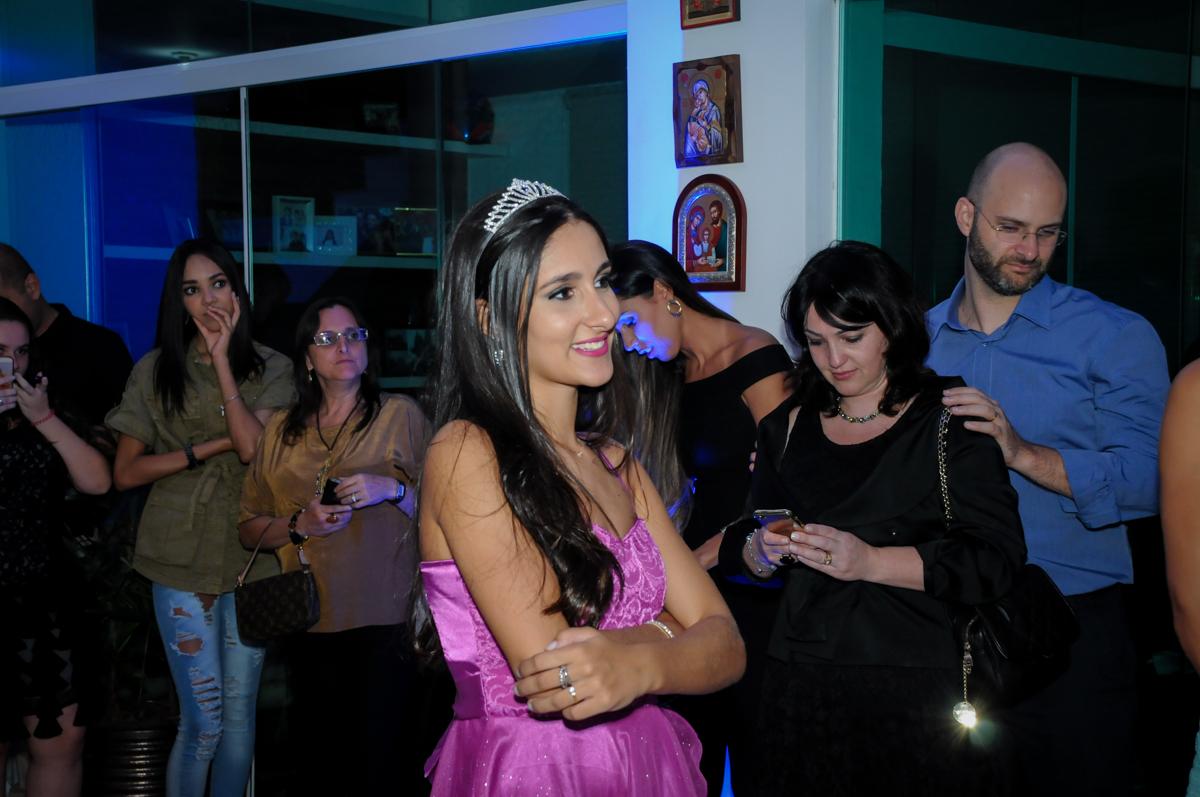 aniversariante emocionada com a homenagem das amigas no Condomínio Alphaville, festa 15 anos Maria Eduard 15 anos