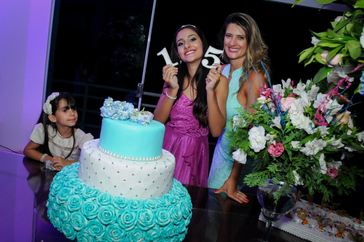 família canta parabéns no Condomínio Alphaville, festa 15 anos Maria Eduard 15 anos