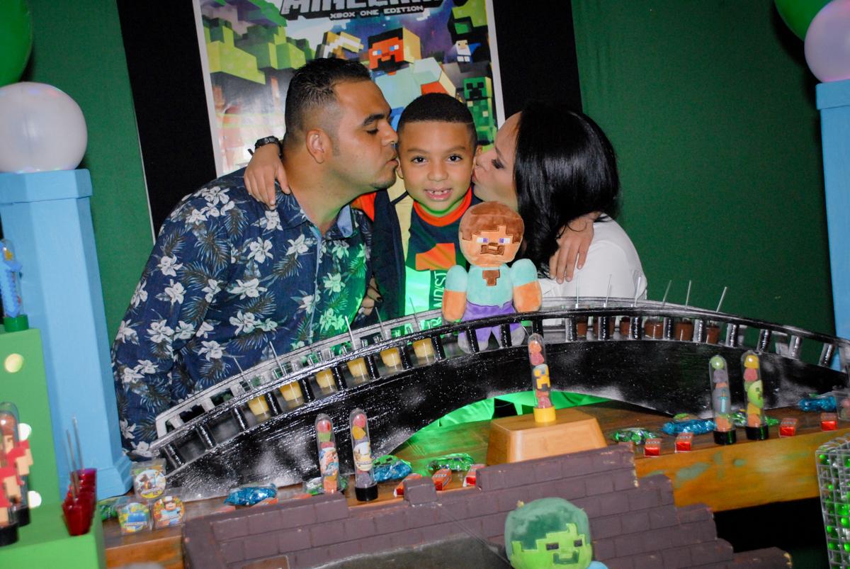 beijo sanduiche na Aniversário infantil, festa de Guilherme 7 anos tema da mesa minicraft, no Buffet Fábrica da Alegria, Morumbi,SP
