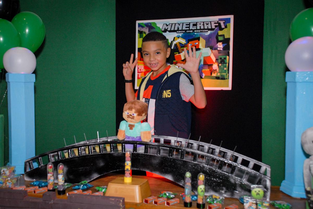 muita alegria do aniversariante na Aniversário infantil, festa de Guilherme 7 anos tema da mesa minicraft, no Buffet Fábrica da Alegria, Morumbi,SP