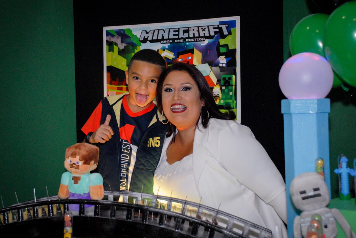 foto com a tia querida na Aniversário infantil, festa de Guilherme 7 anos tema da mesa minicraft, no Buffet Fábrica da Alegria, Morumbi,SP
