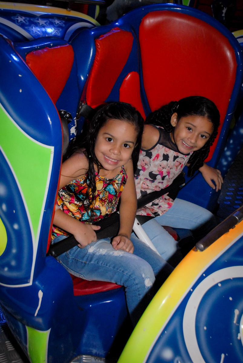 brincadeiras no brinquedo jornadas nas estrelas no Aniversário infantil, festa de Guilherme 7 anos tema da mesa minicraft, no Buffet Fábrica da Alegria, Morumbi,SP
