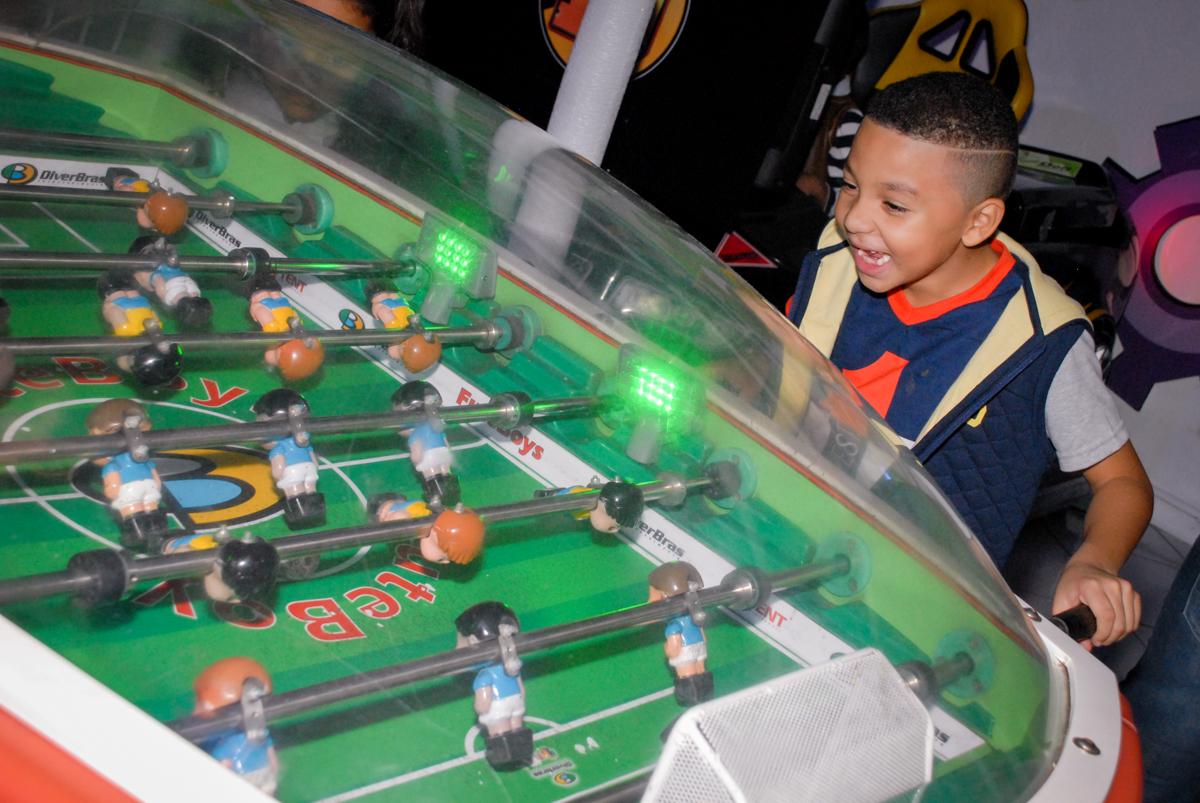 jogo de futebol na Aniversário infantil, festa de Guilherme 7 anos tema da mesa minicraft, no Buffet Fábrica da Alegria, Morumbi,SP