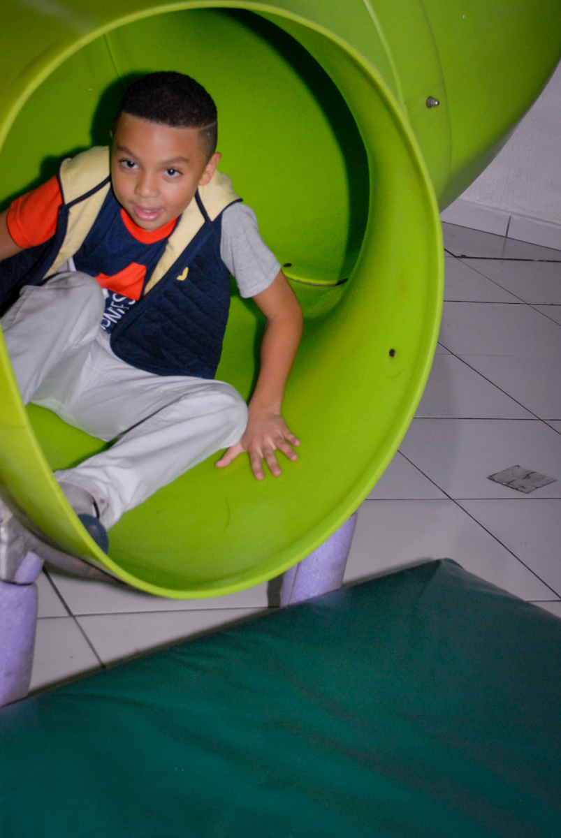 aniversariante brinca no escorregador na Aniversário infantil, festa de Guilherme 7 anos tema da mesa minicraft, no Buffet Fábrica da Alegria, Morumbi,SP