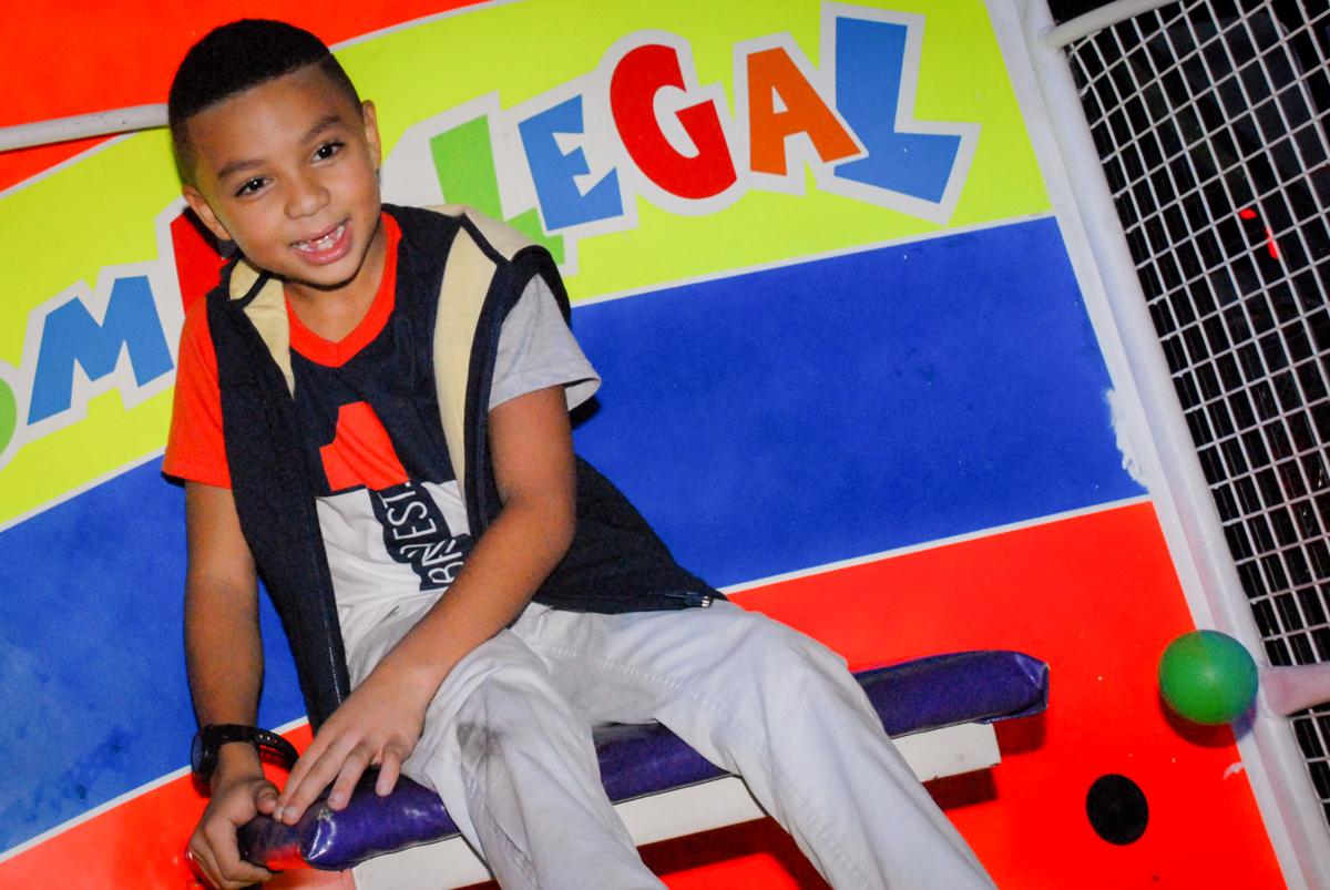 O aniversariante brinca no tombo legal na Aniversário infantil, festa de Guilherme 7 anos tema da mesa minicraft, no Buffet Fábrica da Alegria, Morumbi,SP