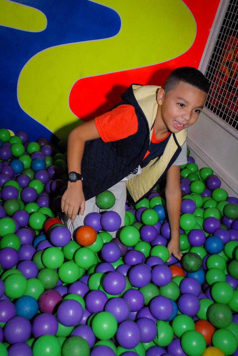 muito bom brincar na piscina de bolinha na Aniversário infantil, festa de Guilherme 7 anos tema da mesa minicraft, no Buffet Fábrica da Alegria, Morumbi,SP