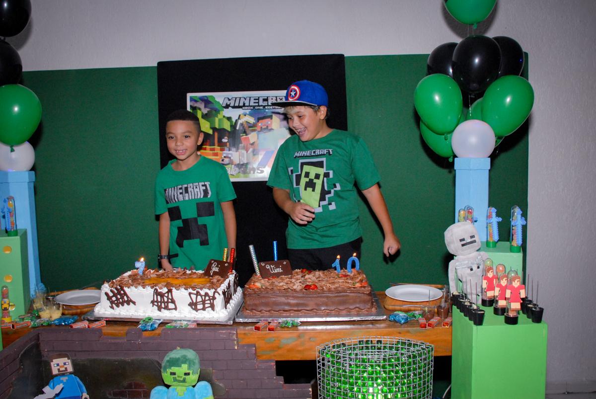 cantando parabéns na Aniversário infantil, festa de Guilherme 7 anos tema da mesa minicraft, no Buffet Fábrica da Alegria, Morumbi,SP