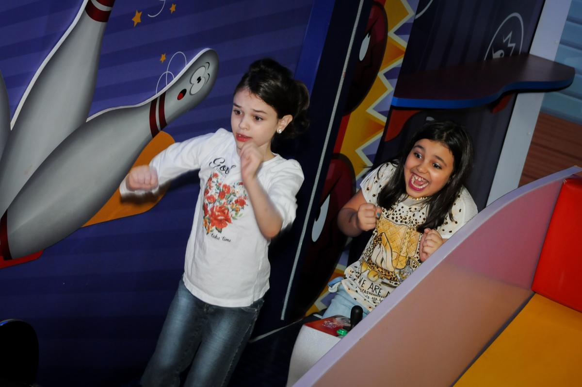 brincadeira na arena lazer na Festa infantil fotografia infantil aniversário de Arthur 10 anos e Marina 8 anos, buffet Magic Joy, Saude, SP, tema da festa cartoon