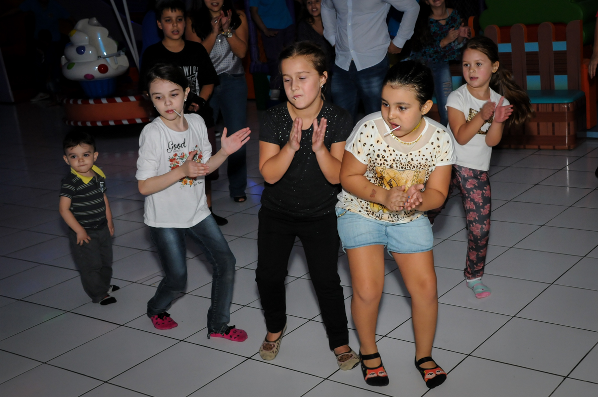 balada divertida na Festa infantil fotografia infantil aniversário de Arthur 10 anos e Marina 8 anos, buffet Magic Joy, Saude, SP, tema da festa cartoon