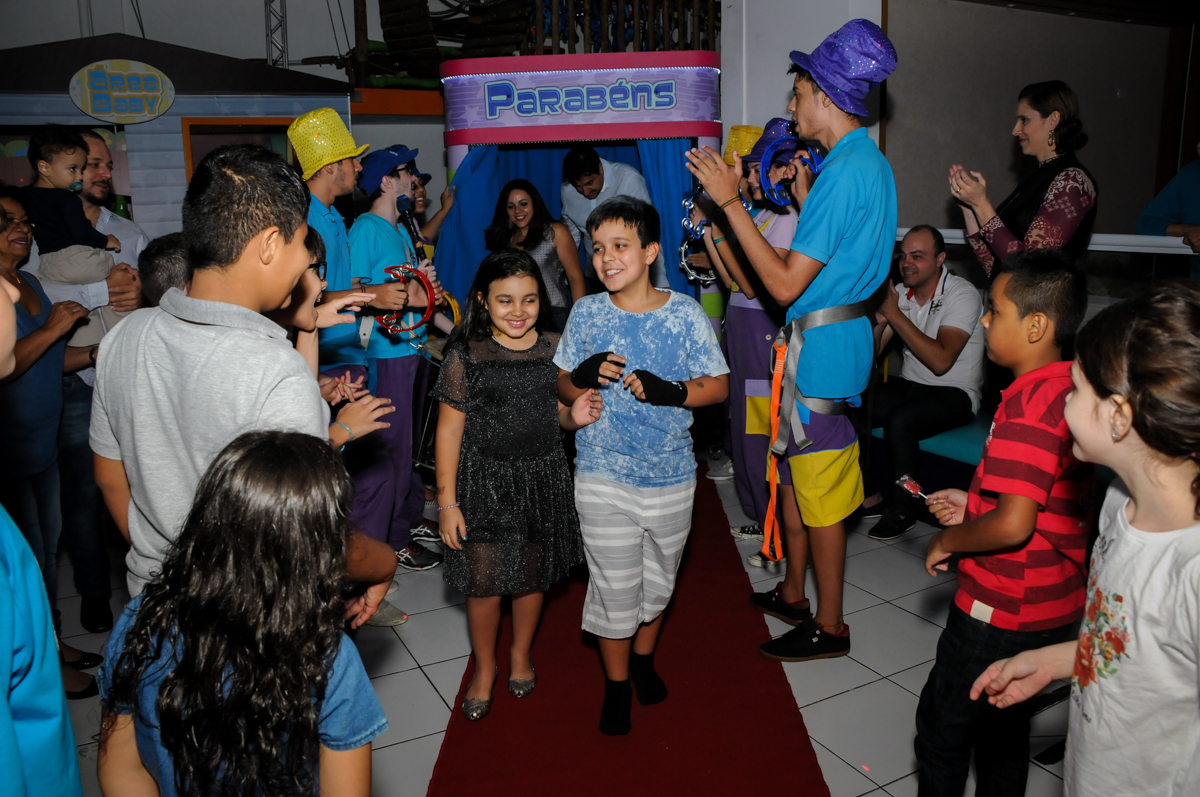 entrada para o parabéns na Festa infantil fotografia infantil aniversário de Arthur 10 anos e Marina 8 anos, buffet Magic Joy, Saude, SP, tema da festa cartoon