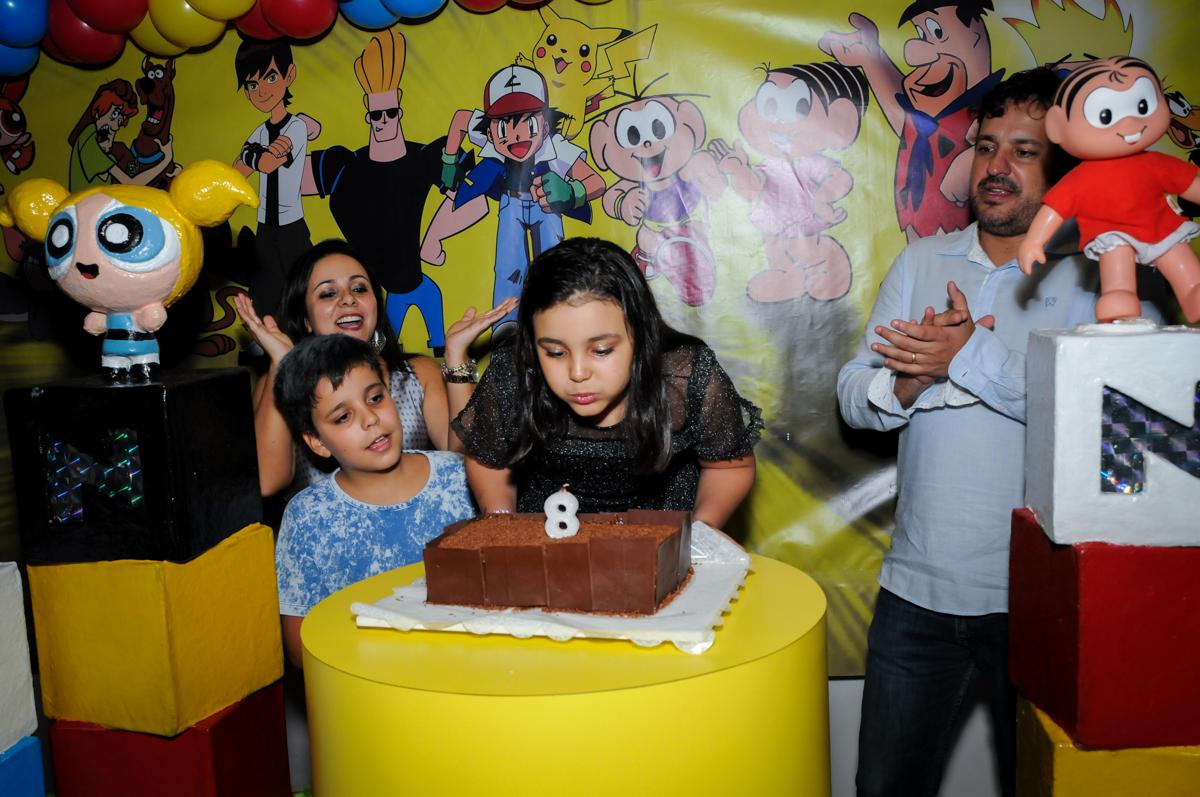 soprando a vela do bolo na Festa infantil fotografia infantil aniversário de Arthur 10 anos e Marina 8 anos, buffet Magic Joy, Saude, SP, tema da festa cartoon