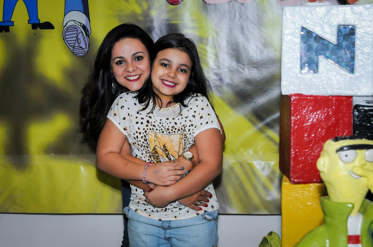 foto mãe e filha na Festa infantil fotografia infantil aniversário de Arthur 10 anos e Marina 8 anos, buffet Magic Joy, Saude, SP, tema da festa cartoon