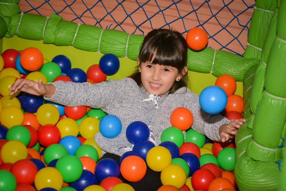 brincando-na-piscina-de-bolinha-no-buffet-magic-joy-saude-sao-paulo-sp-fotografia-infantil-aniversario-de-isadora-6-anos-tema-da-festa-rapunzel