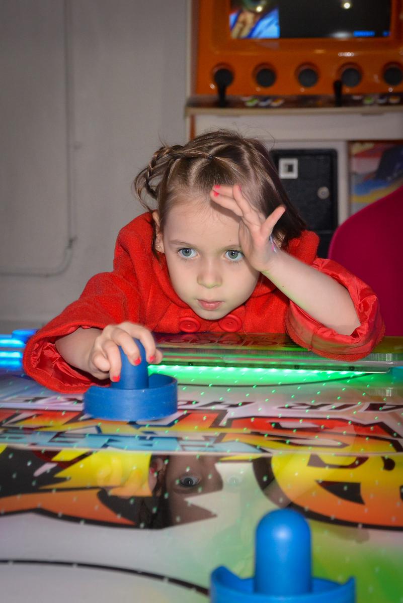 brincando-no-jogo-de-futebol-no-buffet-magic-joy-saude-sao-paulo-sp-fotografia-infantil-aniversario-de-isadora-6-anos-tema-da-festa-rapunzel