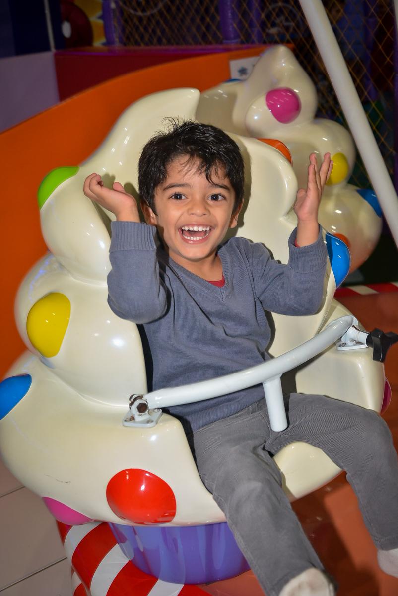 convidado-feliz-no-carrossel-buffet-magic-joy-saude-sao-paulo-sp-fotografia-infantil-aniversario-de-isadora-6-anos-tema-da-festa-rapunzel