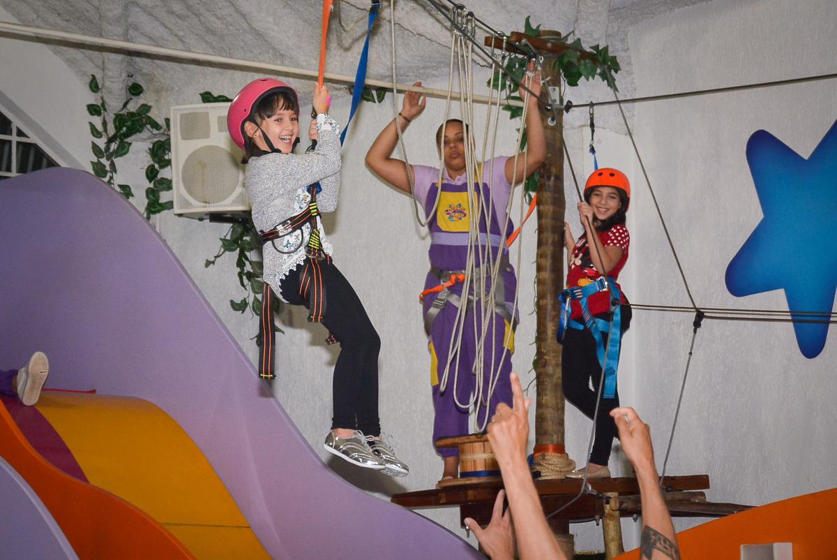 tirolesa-divertida-no-buffet-magic-joy-saude-sao-paulo-sp-fotografia-infantil-aniversario-de-isadora-6-anos-tema-da-festa-rapunzel