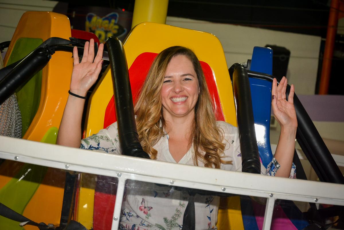 mamãe-se-diverte-no-brinquedo-elevador-nobuffet-magic-joy-saude-sao-paulo-sp-fotografia-infantil-aniversario-de-isadora-6-anos-tema-da-festa-rapunzel