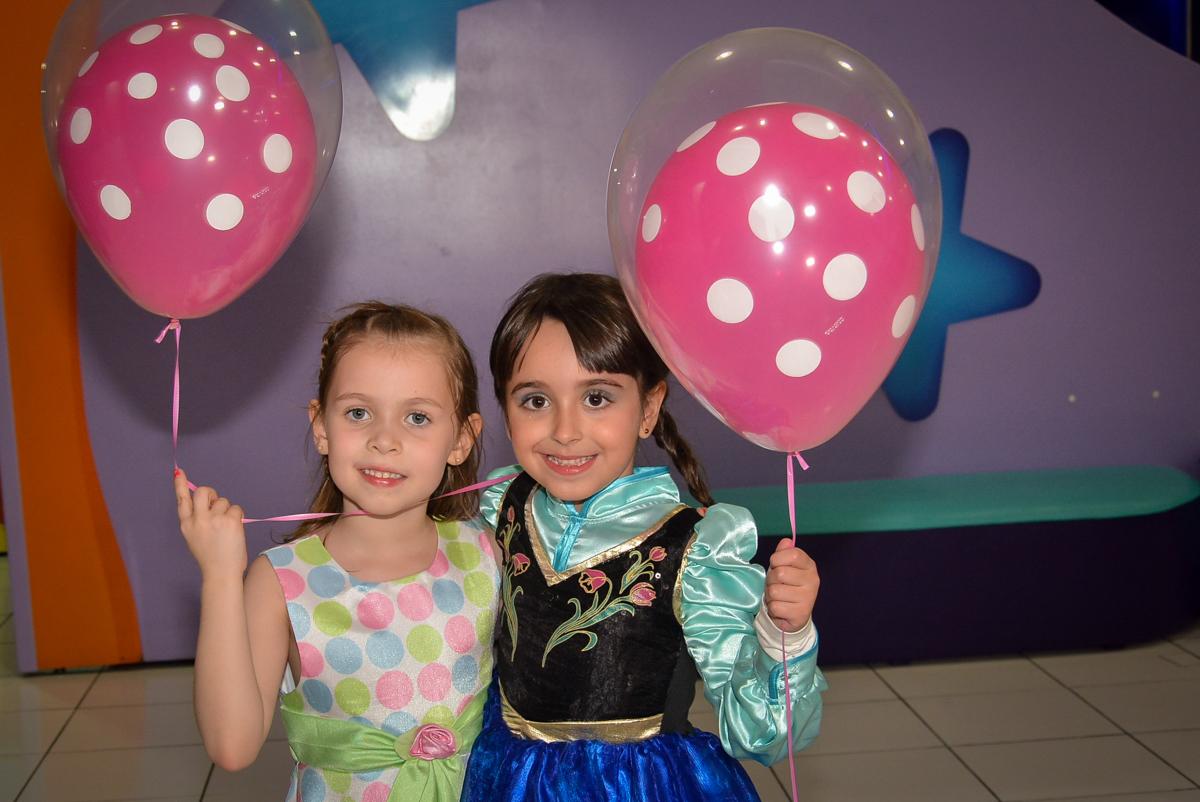 brincando-no-balao-de-bexigas-no-buffet-magic-joy-saude-sao-paulo-sp-fotografia-infantil-aniversario-de-isadora-6-anos-tema-da-festa-rapunzel