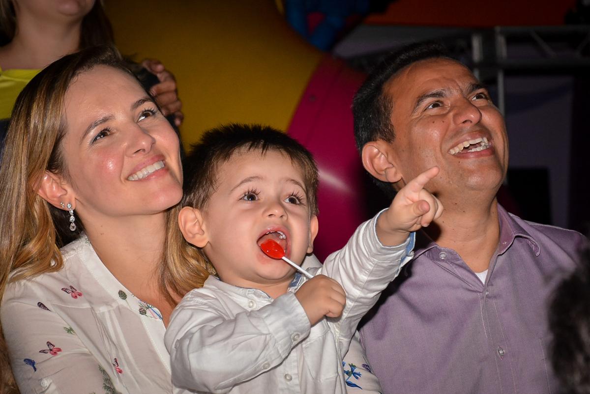 assistindo-a-retrospectiva-no-buffet-magic-joy-saude-sao-paulo-sp-fotografia-infantil-aniversario-de-isadora-6-anos-tema-da-festa-rapunzel
