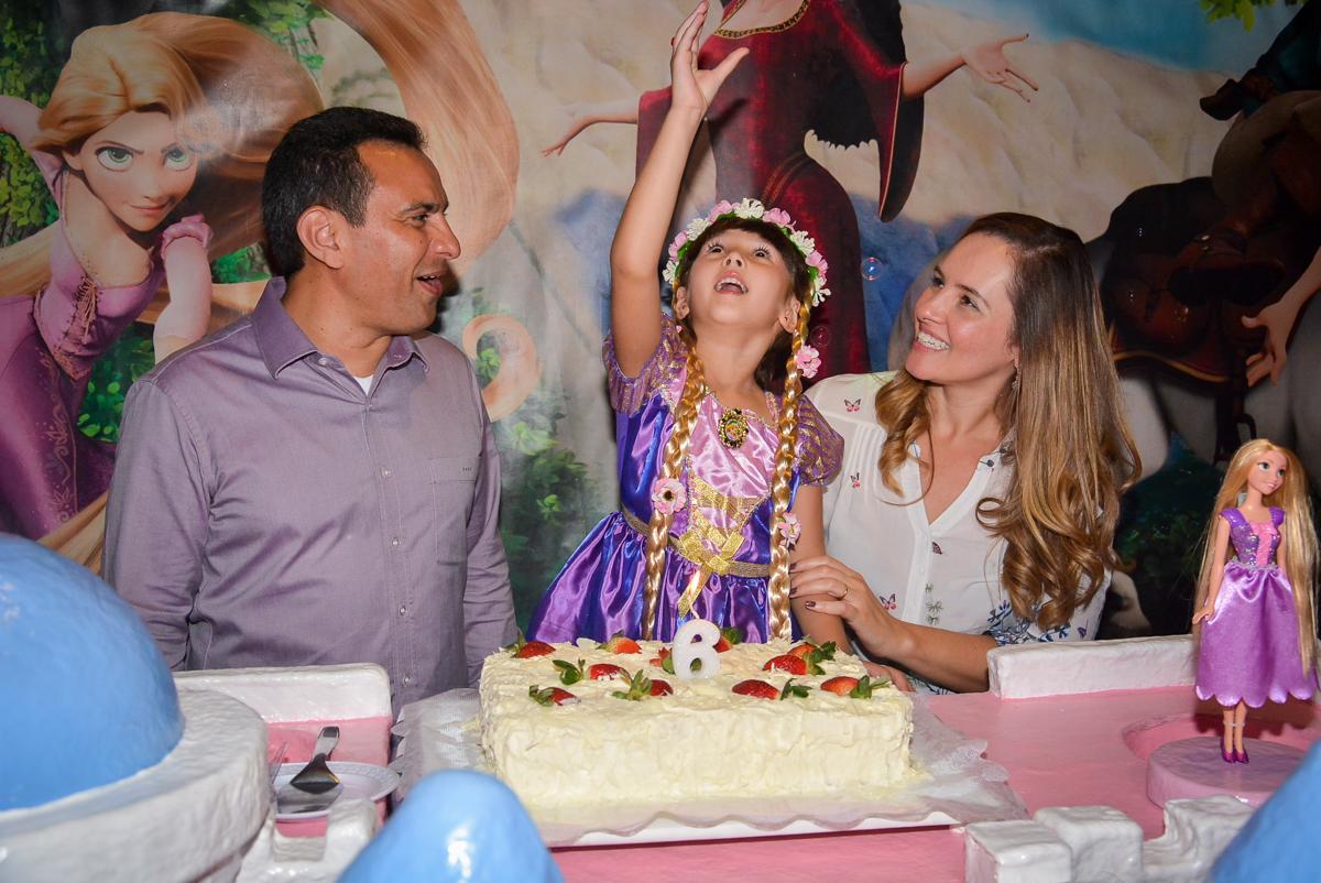 cantando-parabens-no-buffet-magic-joy-saude-sao-paulo-sp-fotografia-infantil-aniversario-de-isadora-6-anos-tema-da-festa-rapunzel