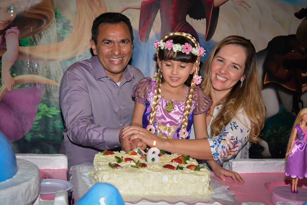 cortando-o-primeiro-pedaço-de-bolo-nobuffet-magic-joy-saude-sao-paulo-sp-fotografia-infantil-aniversario-de-isadora-6-anos-tema-da-festa-rapunzel