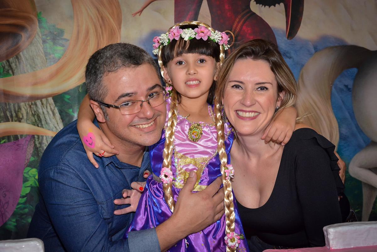 fotografia-com-os-padrinhos-no-buffet-magic-joy-saude-sao-paulo-sp-fotografia-infantil-aniversario-de-isadora-6-anos-tema-da-festa-rapunzel