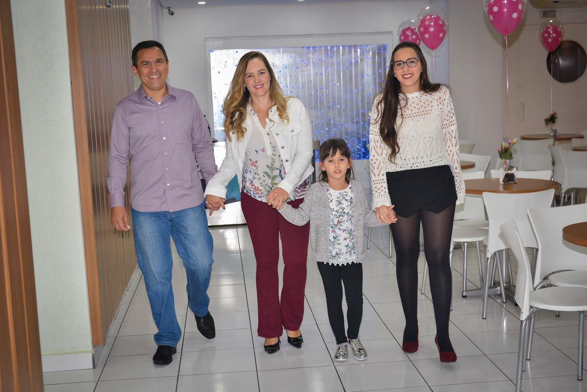 entrada-da-familia-na-festa-infantil-no-buffet-magic-joy-saude-sao-paulo-sp-fotografia-infantil-aniversario-de-isadora-6-anos-tema-da-festa-rapunzel