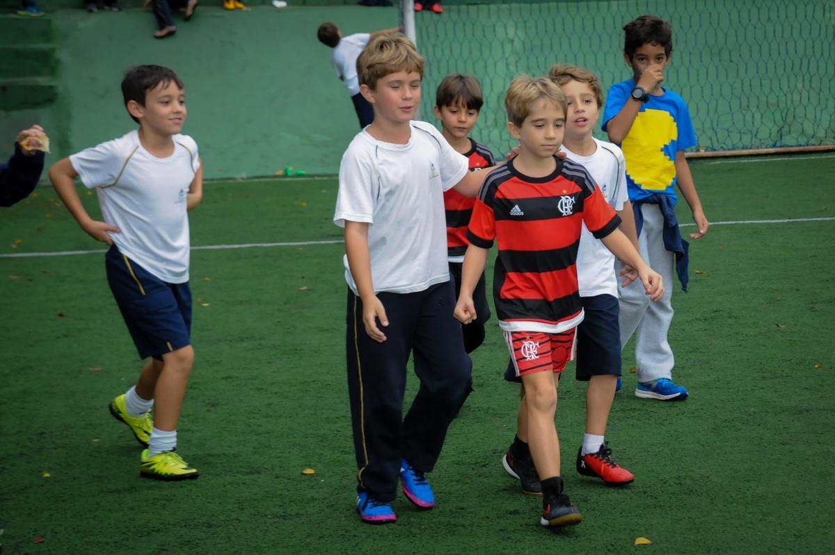 amigos-no-campo-de-futebol-no-Buffet-High-Soccer-Morumbi-São-paulo-SP-festa-infantil-aniversário-de-Felipe-8-anos-tema-da-festa-futebo