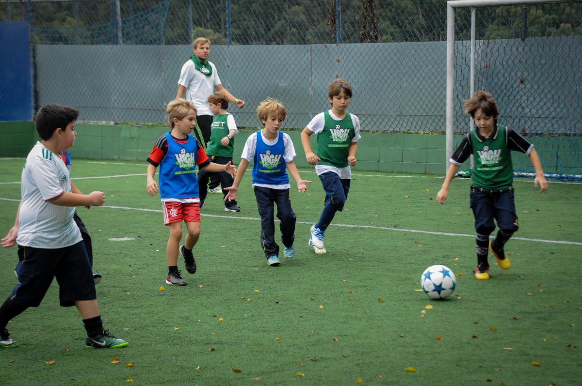 fazendo-gol-no-Buffet-High-Soccer-Morumbi-São-paulo-SP-festa-infantil-aniversário-de-Felipe-8-anos-tema-da-festa-futebo