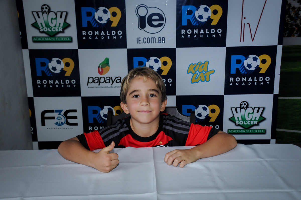 assinando-o-contrato-no-Buffet-High-Soccer-Morumbi-São-paulo-SP-festa-infantil-aniversário-de-Felipe-8-anos-tema-da-festa-futebo