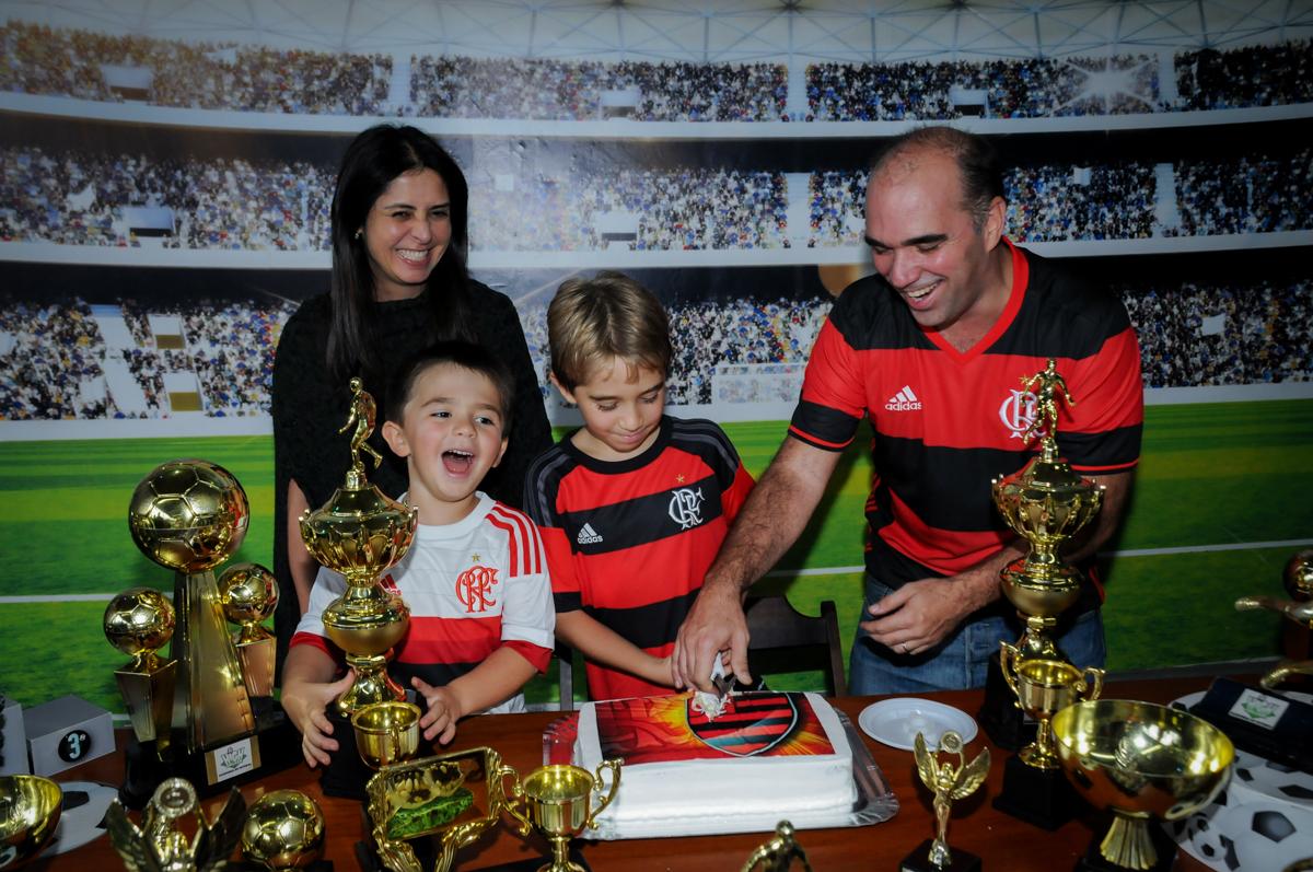 cortando-oprimeiro-pedaço-de-bolo-no-Buffet-High-Soccer-Morumbi-São-paulo-SP-festa-infantil-aniversário-de-Felipe-8-anos-tema-da-festa-futebo