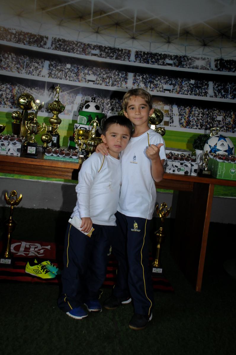 foto-do-aniversariante-com-o-irmão-no-Buffet-High-Soccer-Morumbi-São-paulo-SP-festa-infantil-aniversário-de-Felipe-8-anos-tema-da-festa-futebo