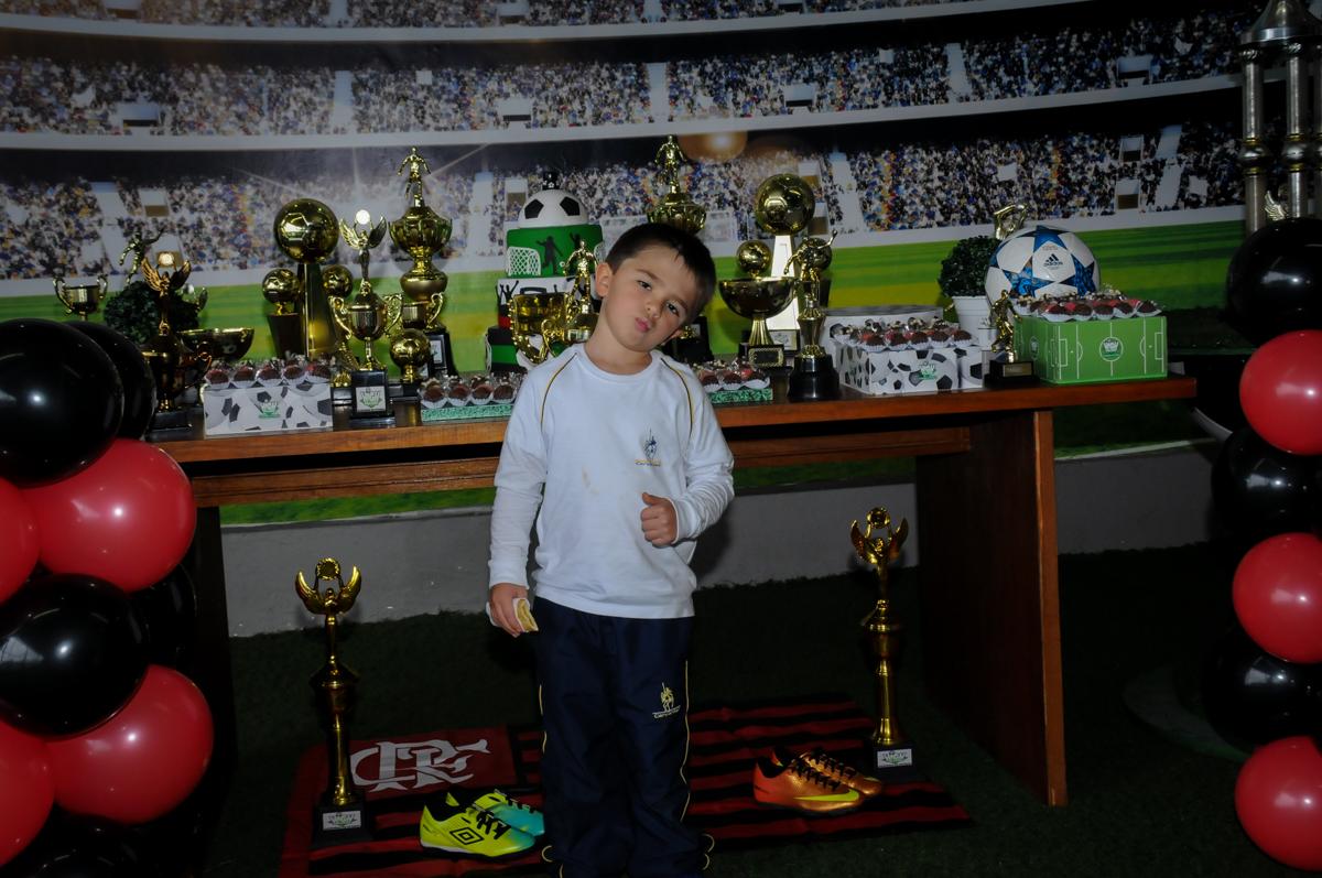 fotografia-do-irmão-do-aniversariante-no-Buffet-High-Soccer-Morumbi-São-paulo-SP-festa-infantil-aniversário-de-Felipe-8-anos-tema-da-festa-futebo