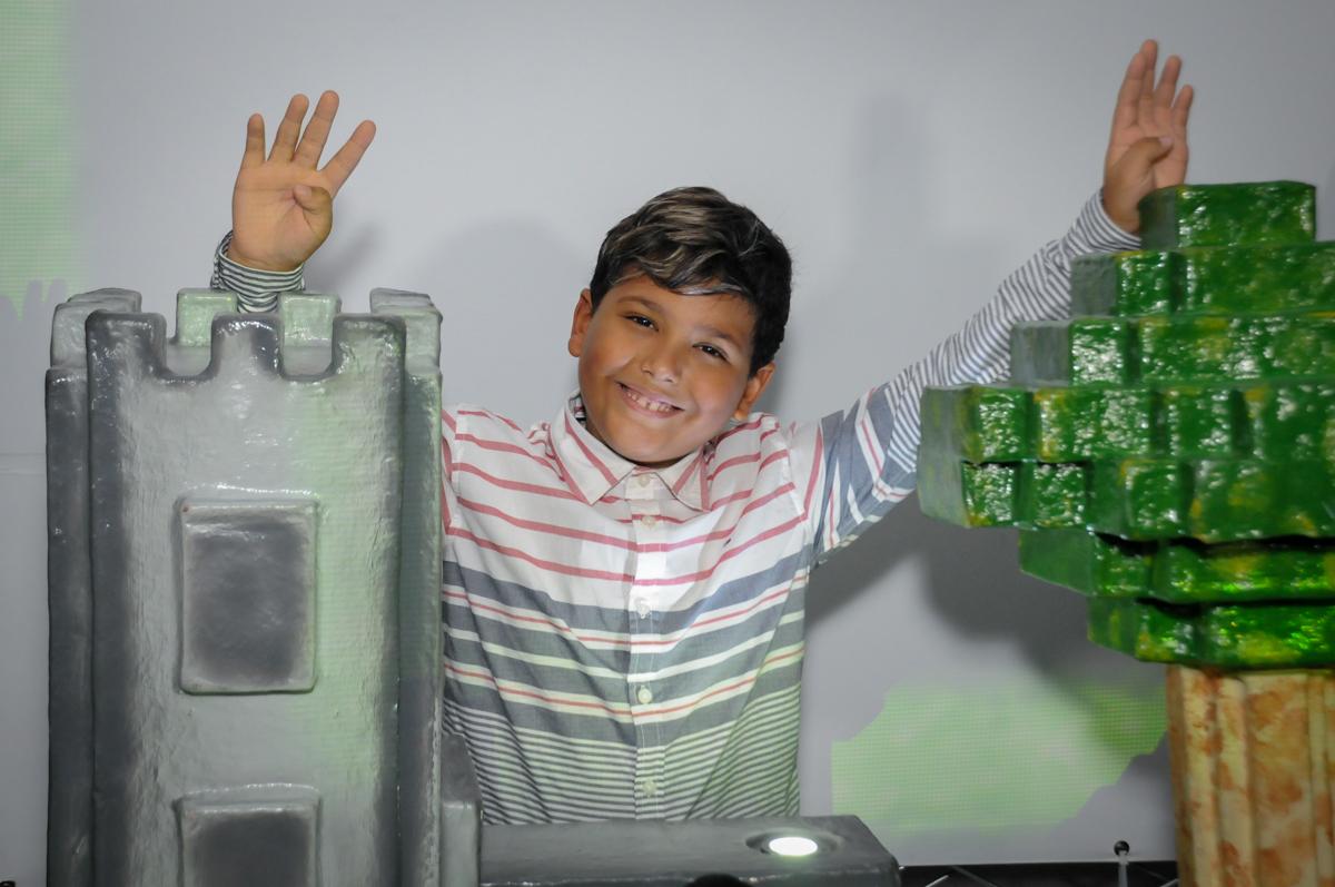 pose-para-foto-no-Buffet-Fábrica-da-Alegria-Morumbi-S-Paulo-SP-fotografia-infantil-festa-infantil-tema-da-festa-minicraft