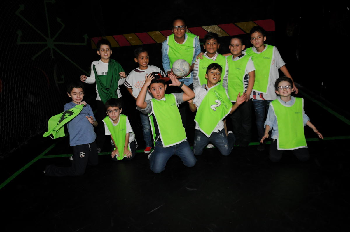 jogadores-posam-para-foto-no-futebol-no-Buffet-Fábrica-da-Alegria-Morumbi-S-Paulo-SP-fotografia-infantil-festa-infantil-tema-da-festa-minicraft