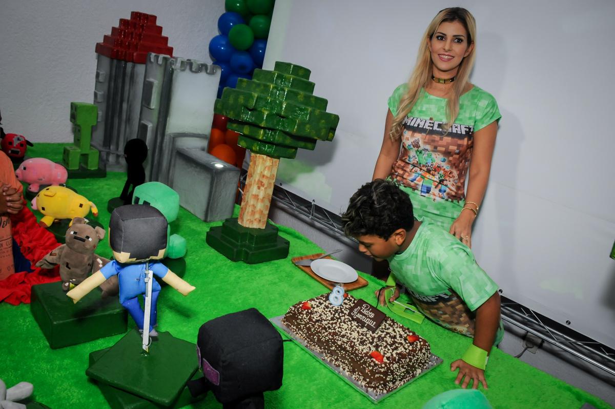 soprando-a-vela-do-bolo-no-Buffet-Fábrica-da-Alegria-Morumbi-S-Paulo-SP-fotografia-infantil-festa-infantil-tema-da-festa-minicraft