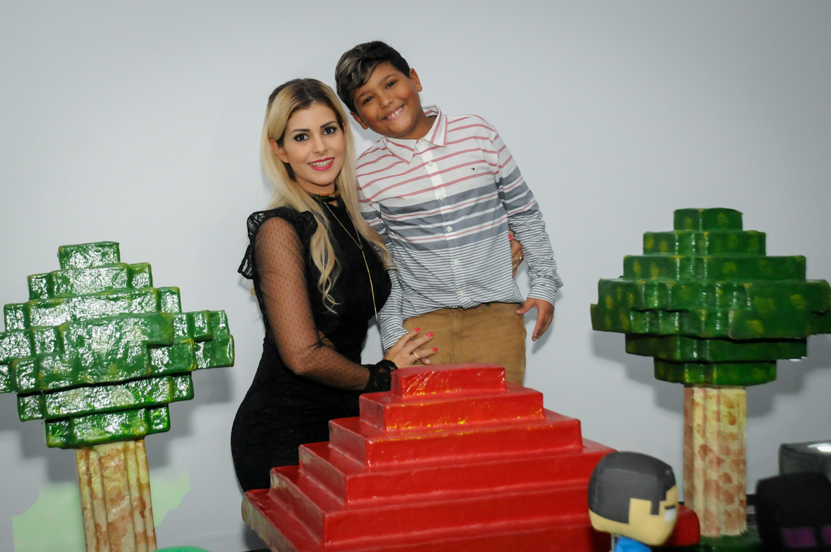 fotogafia-mãe-e-filho-no-Buffet-Fábrica-da-Alegria-Morumbi-S-Paulo-SP-fotografia-infantil-festa-infantil-tema-da-festa-minicraft