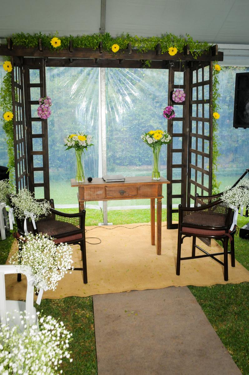 altar-montado-para-a-cerimônia-no-sítio-granja-viana-festa-adulto-bodas-de-ouro-placidia-e-eider