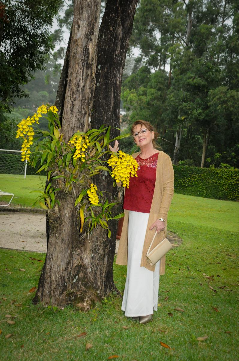 posando-para-foto-no-jardim-no-sítio-granja-viana-festa-adulto-bodas-de-ouro-placidia-e-eider