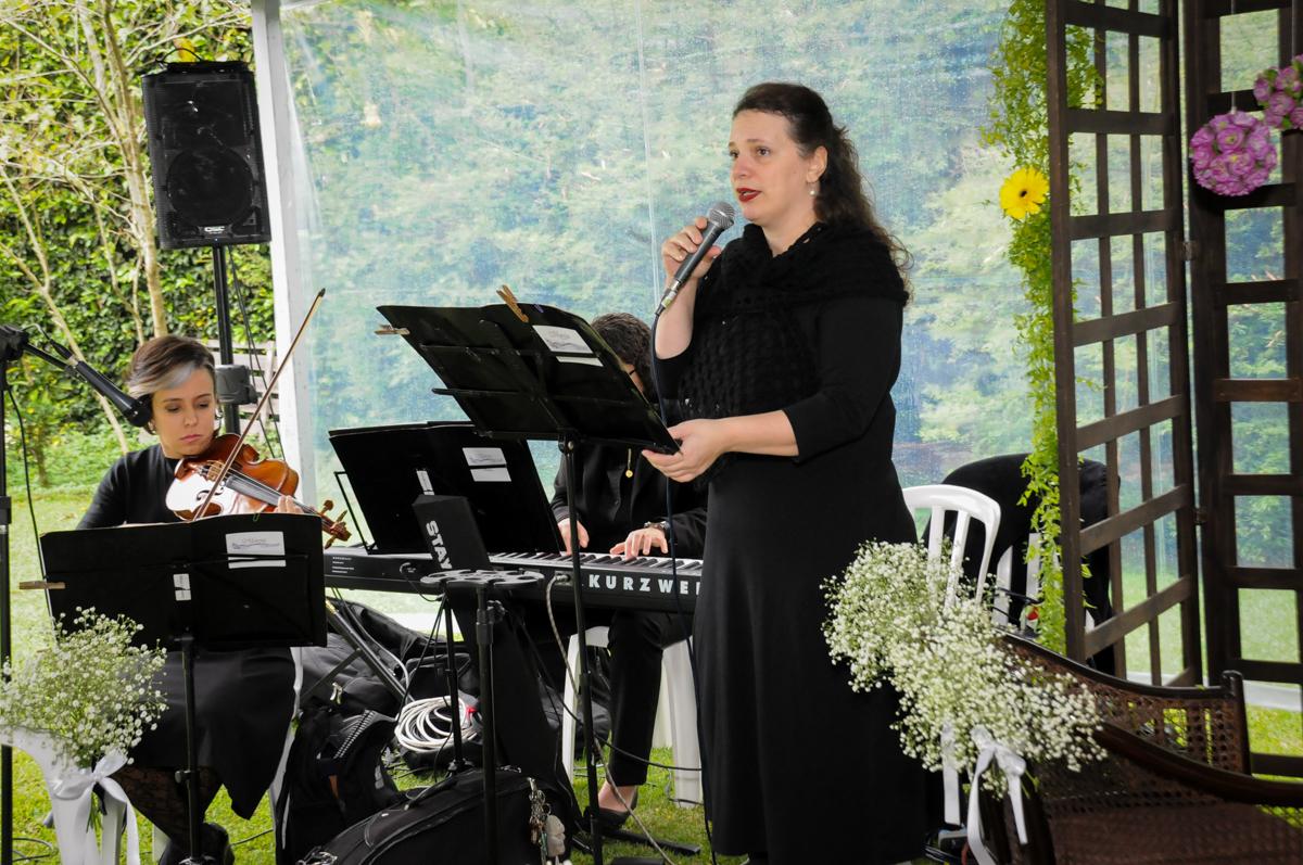 coral-canta-durante-a-cerimônia-no-sítio-granja-viana-festa-adulto-bodas-de-ouro-placidia-e-eider